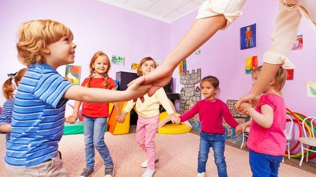 Gruppe von Kindern spielt Ringelreigen