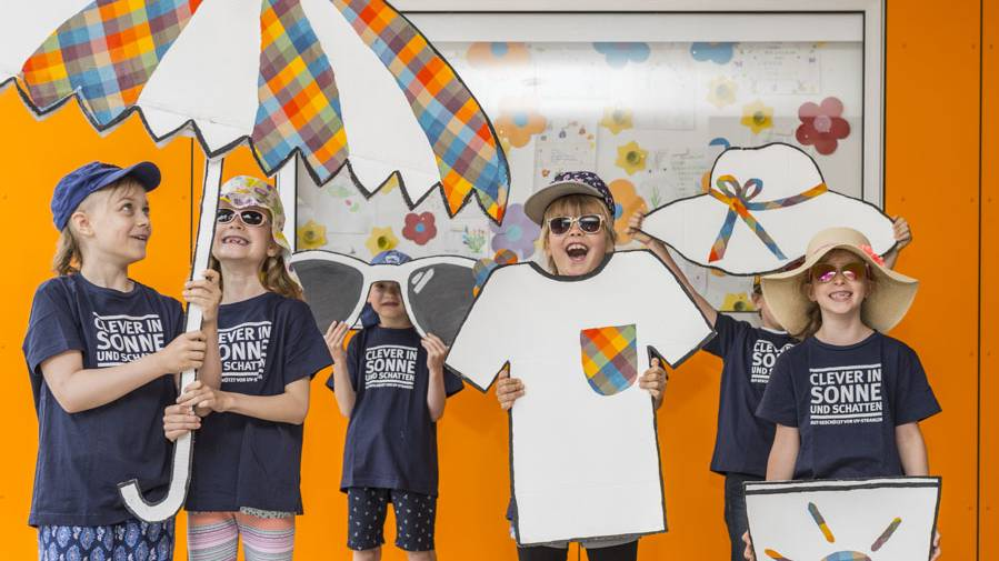 Kinder mit textilen Sonnenschutz