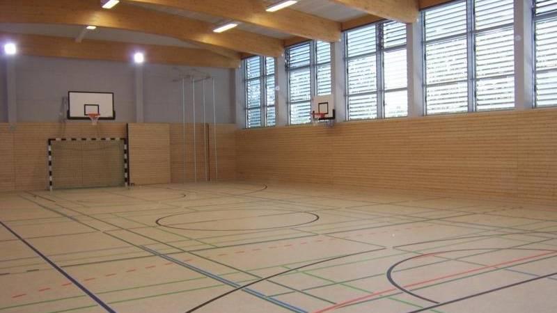 Blick in leere Schulsporthalle
