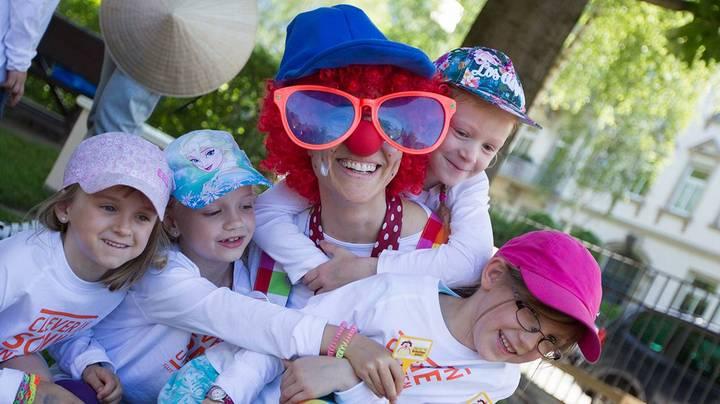 Projekt Clever in Sonne und Schatten: Clown Zitzewitz spielt mit Kindern