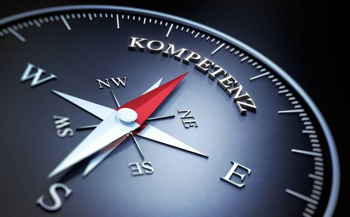 Kompass: Rote Nadel zeigt auf das Wort Kompetenz