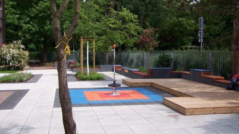 Blick auf einen Schulhof mit Spielfläche