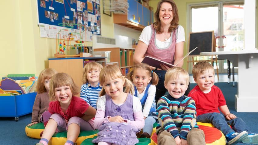 Kindergruppe mit Erzieherin