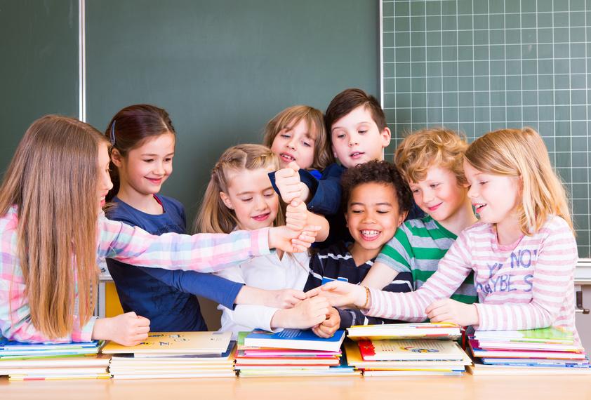 Schüler vor einer Tafel im Klassenzimmer